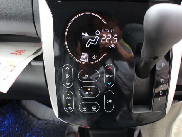 未来的なタッチパネル式フルオートエアコン。